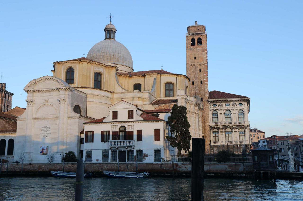 L'église San Geremia a la particularité de pouvoir être vue de 3 cotés