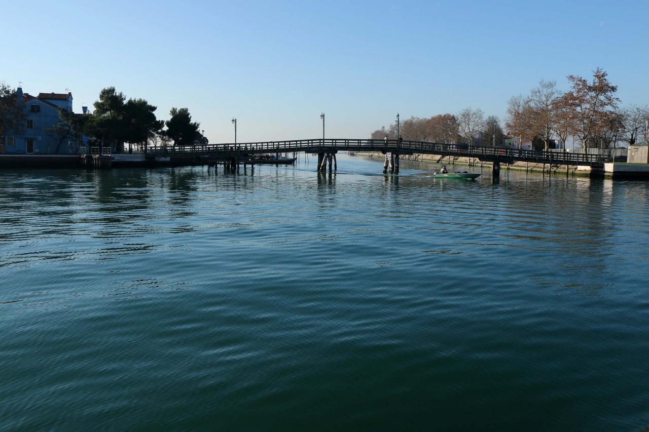 L'accès entre Mazzarbo et Burano se fait par un pont