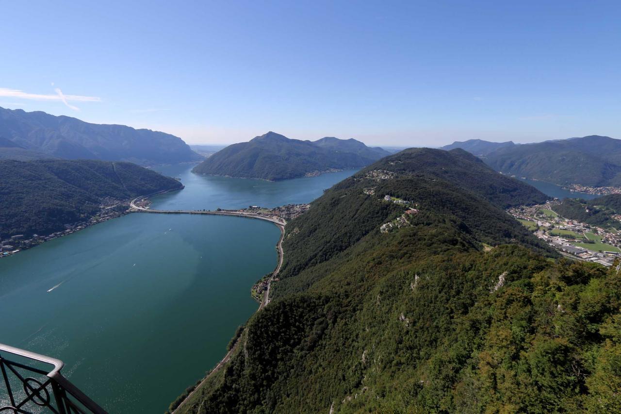 "Panorama du ""Monte San Salvatore"" (912m au-dessus du niv. de la mer)"