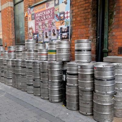 dans les petites rues de Dublin, les fûts de Guinness !