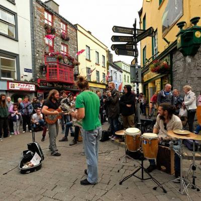 les musiciens de rue créent une véritable effervescence