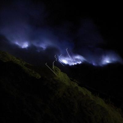 les gaz s'échappent et en brûlant dégage la nuit cette couleur bleue