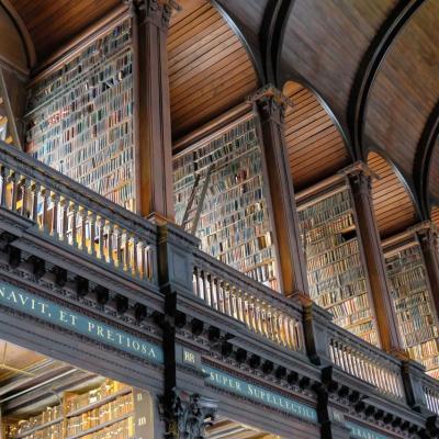 la long room conserve sur 2 étages des livres rares particulièrement anciens