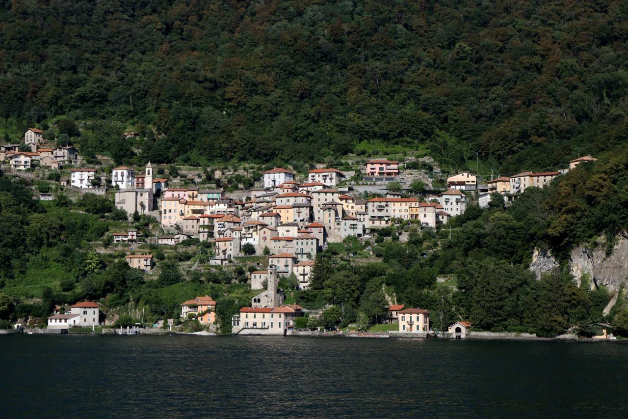 Les petits villages à flancs de montagne en fin d'après-midi