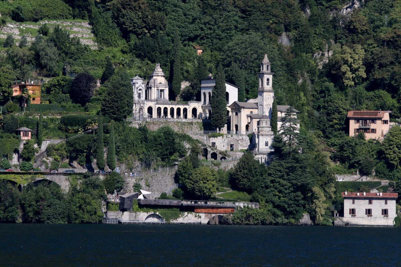 nombreuses églises et tours du moyen âge