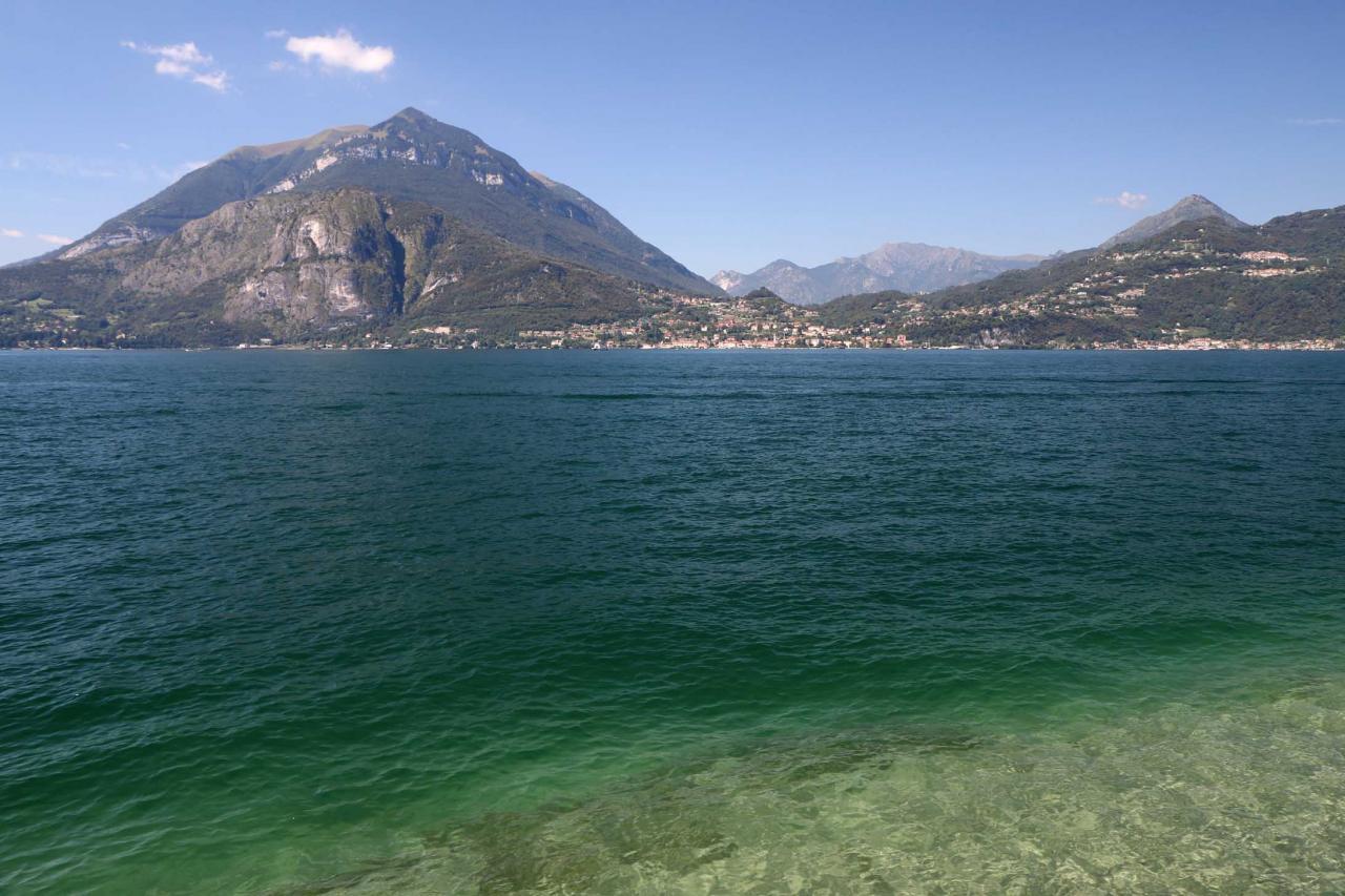 la vue de Bellagio au centre du lac de Côme