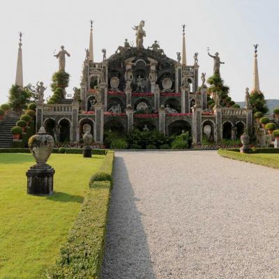 mélange de statues, de colonnes et de coquillages sur plusieurs terrasses