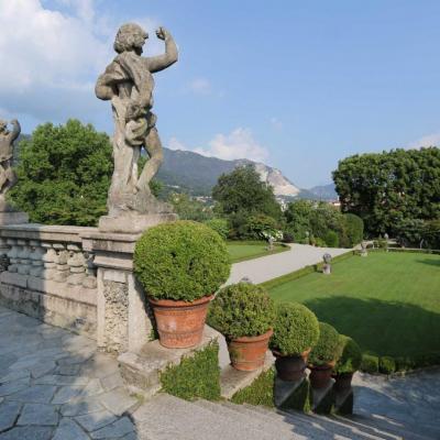 Nombreuses statues dominent le jardin et le lac