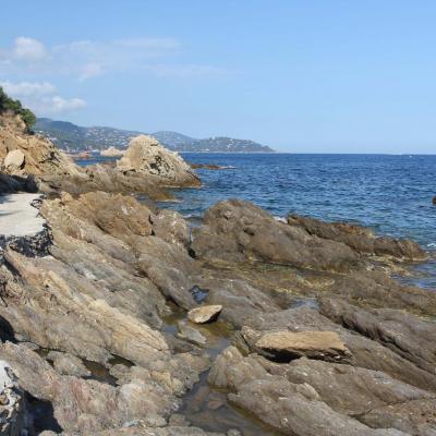 Le sentier du littoral pour accéder à la plage Saint-Clair