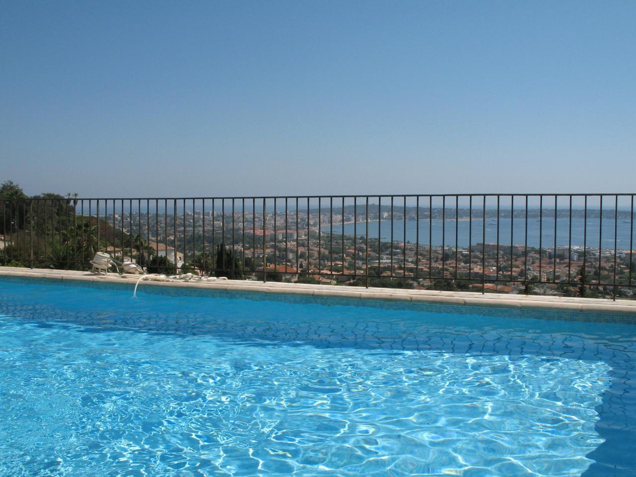 Bleu comme ... la piscine et la vue du Roc d'Or sur le Cap d'Antibes