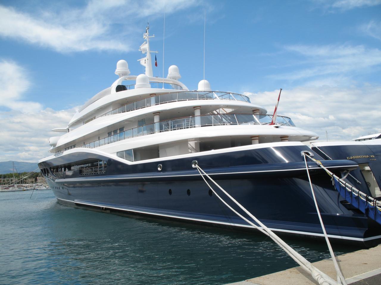 les yachts du quai des milliardaires à Antibe