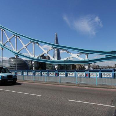 Bleu comme... ce taxi londonien sur le Tower Bridge