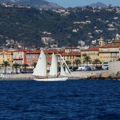 et toutes voiles dehors devant la promenade des Anglais à Nice