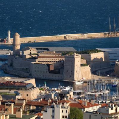 la sortie du vieux port avec le Fort St Jean et le Mucem