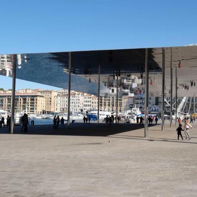 Le grand miroir de plus 1.000 m2 (46 m de long par 22 m) sur le vieux port