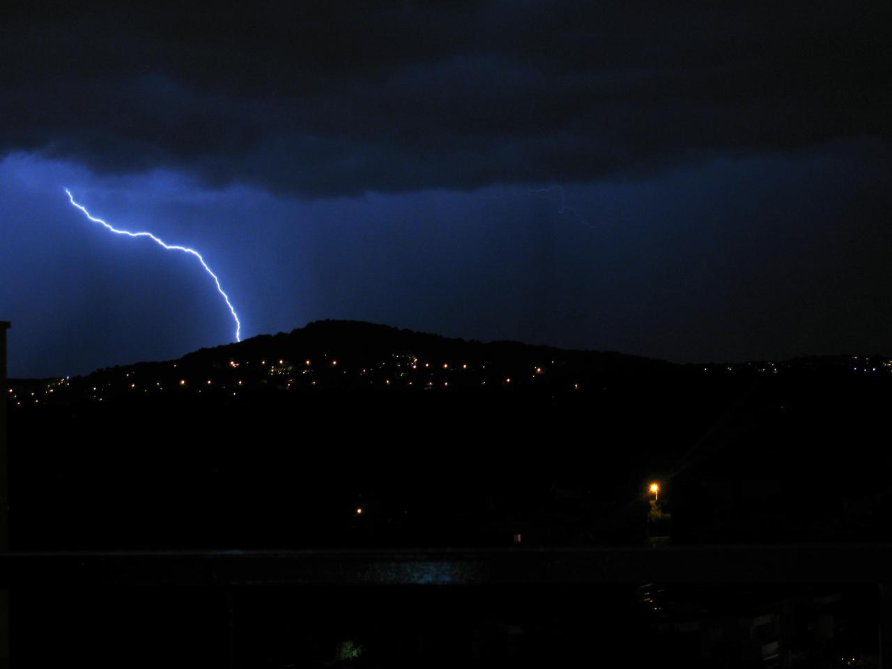 bleu comme ... L'orage à Antibes vue des Terrasses