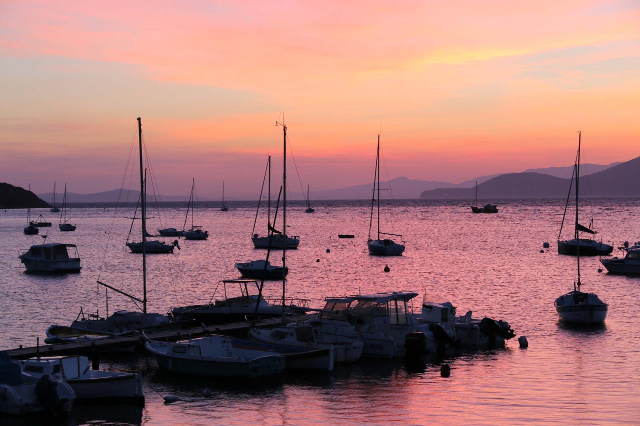 Coucher de soleil sur le port des barques (presqu'île de Giens)