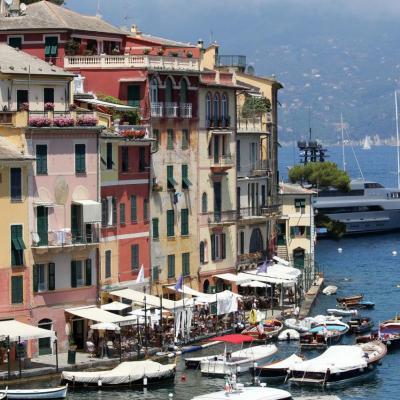 Les façades colorées et peintes en trompe l'oeil font le charme de ce port