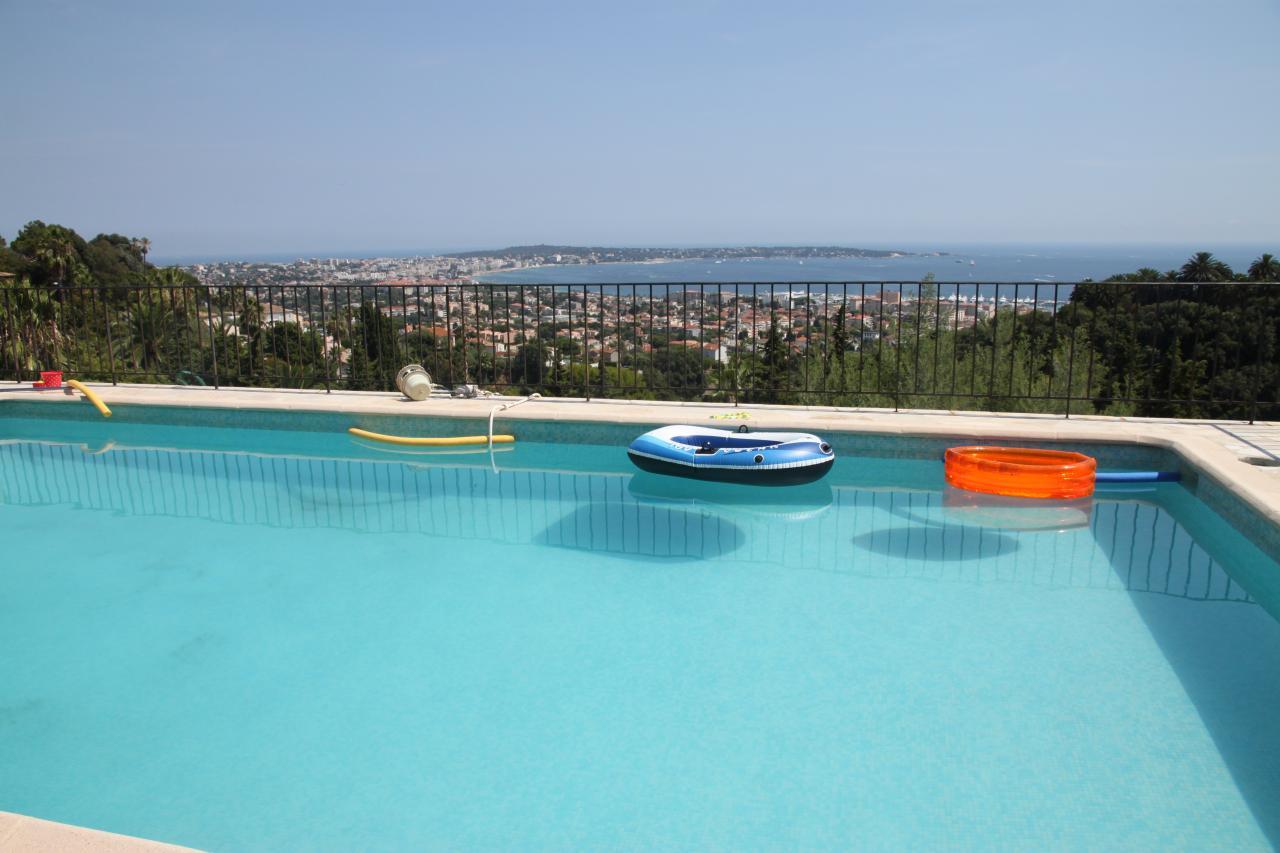 bleu comme ... La piscine et la vue sur le Cap d'Antibes
