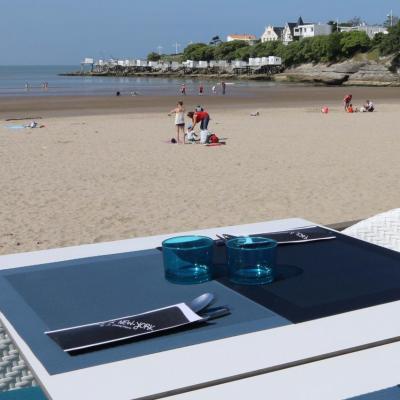 Bleu comme ... la table sur la plage de Pontaillac à Royan