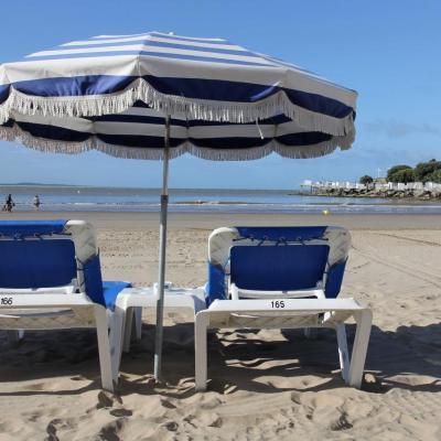 Bleu comme ... les transats et parasols de la plage Pontaillac à Royan
