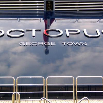 bleu comme ... le reflet des nuages sur l'Octopus à Antibes