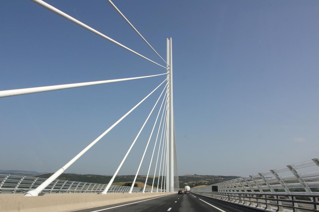 Bleu comme ...La vue sur le viaduc de Millau