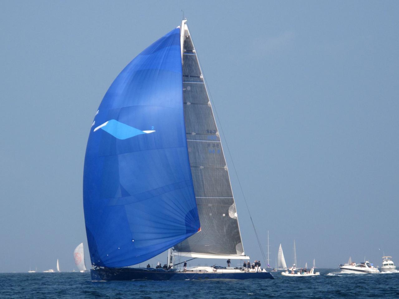 bleu comme ...le spi d'un voilier moderne aux Voiles de St Trop