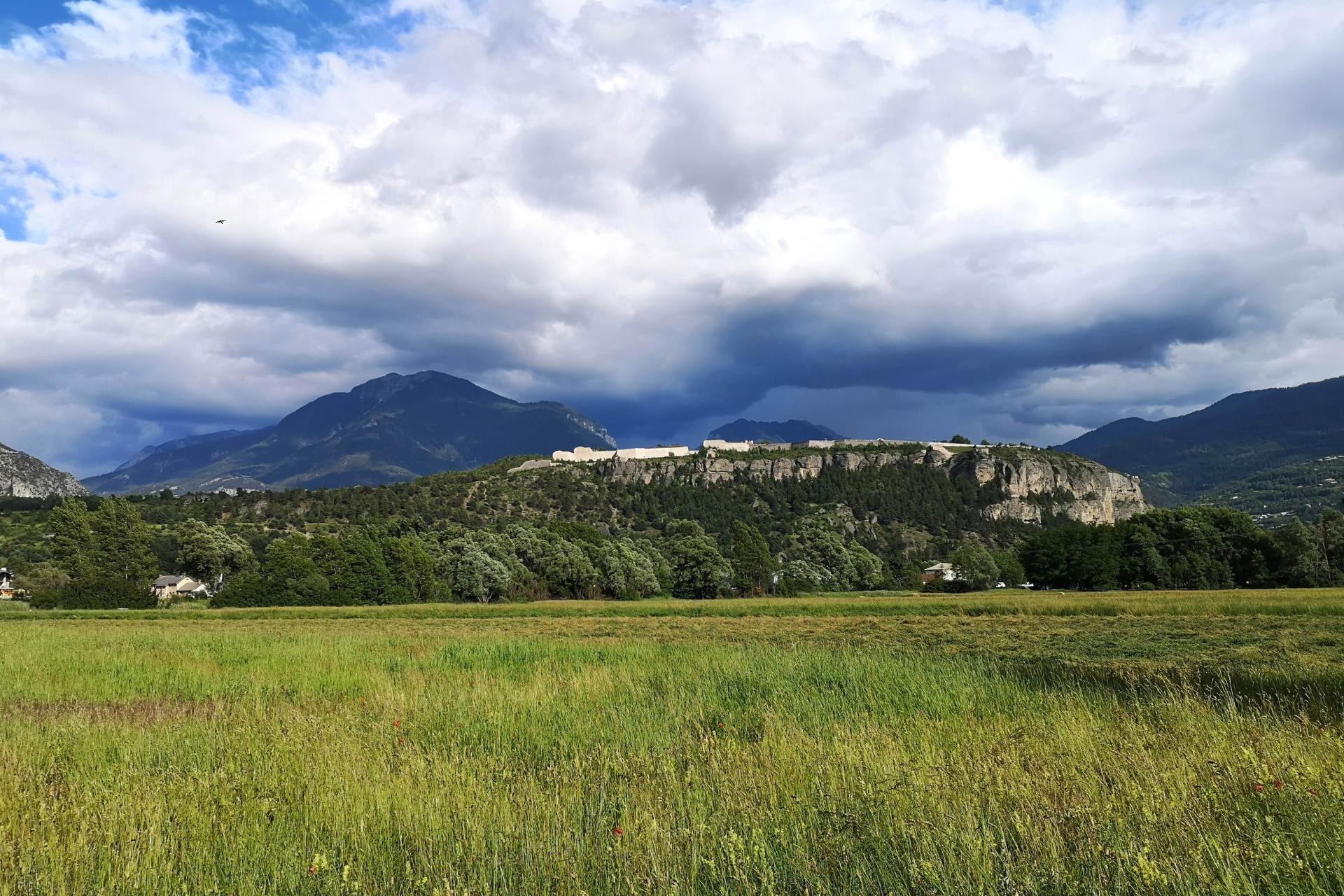 Mont-Dauphin vu du plateau de Simoust (au dessus de Guillestre)