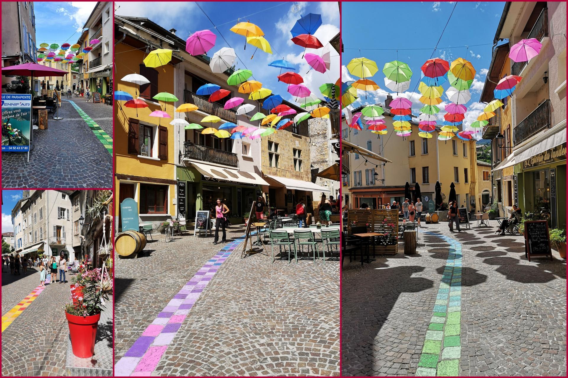 Les parapluies de la rue piétonne d'Embrun